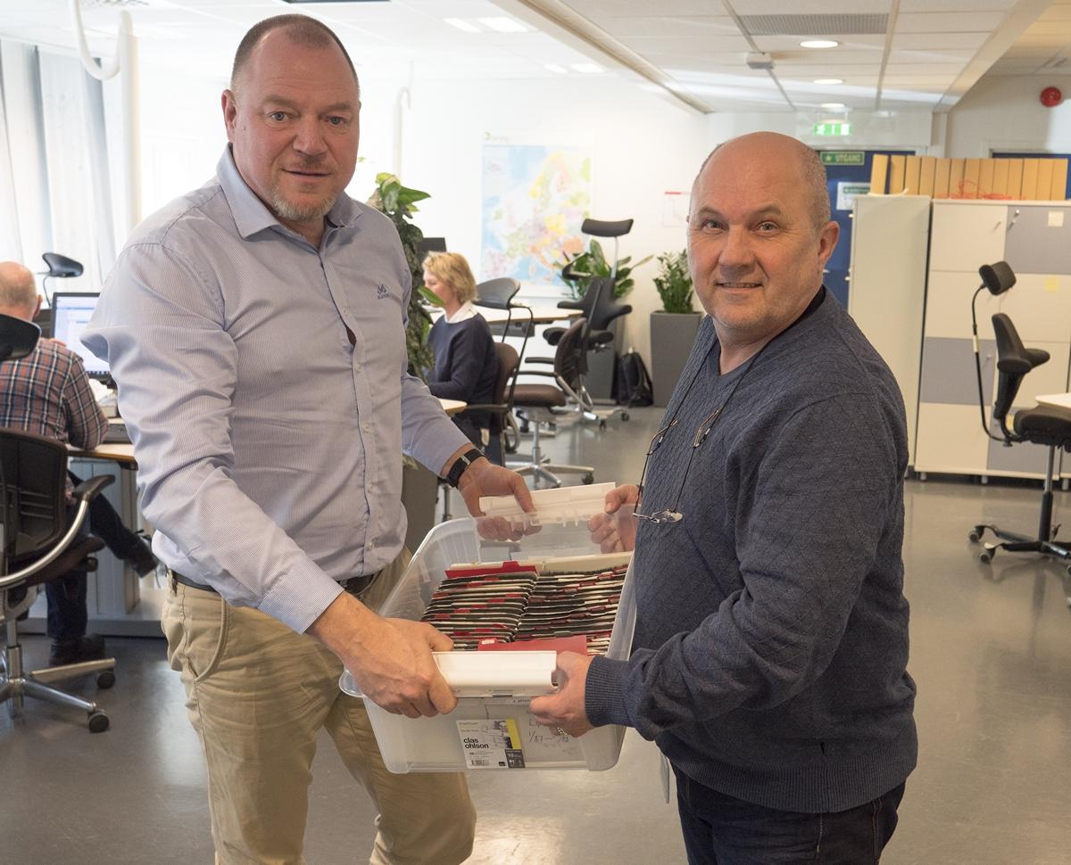 Daglig leder Tore Volden i Videoverkstedet (til venstre) og rådgiver Stein Erik Sveum i Posten utveksler en av de mange kassene med mikrofiche.
