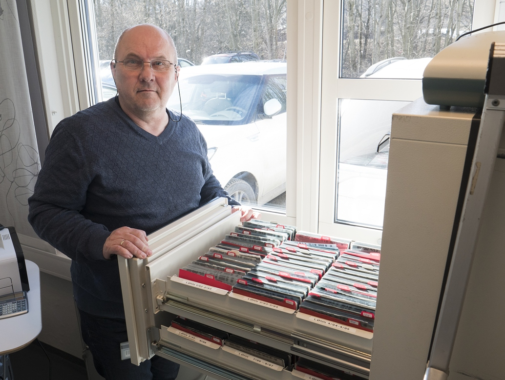 Rådgiver Stein Erik Sveum i Posten med det gamle microfiche-arkivet med over 40 000 microfiche.
